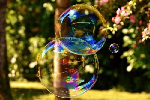 Survey: Canadians fear housing bubble, rate hikes