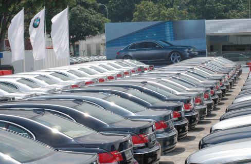 Car sales leave advisors at the curb